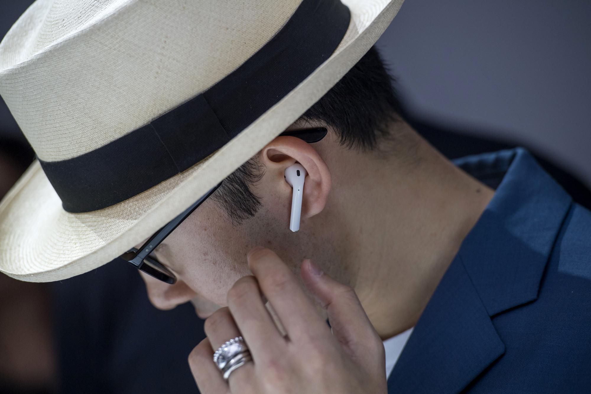 アップル、ワイヤレスイヤホン「エアポッド」の改良を計画