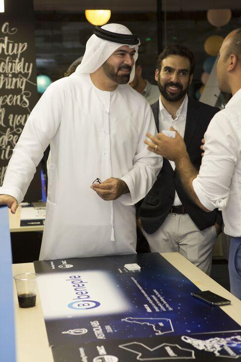 HE Mohammed Al Gergawi, U.A.E. Minister of Cabinet Affairs,speaking to AstroLabs member Tarig El Sheikh andMuhammed Mekki, co-founder of AstroLabs.