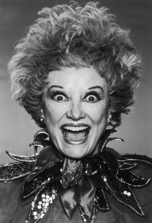 Phyllis Diller, Frumpy Pioneer of Stand-Up Comedy, Dies at 95