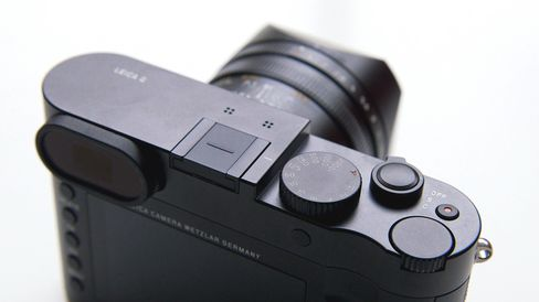 The body and lens housing are all metal, which is nice in theory.