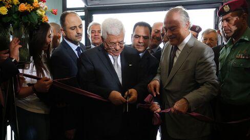 Abbas during ribbon cutting.