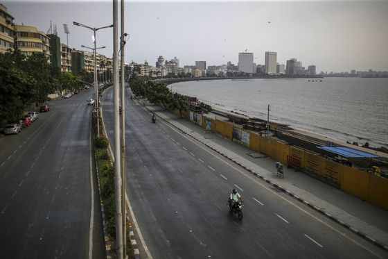 Fleeing Workers Force India's Oil Refiners to Defer Closures