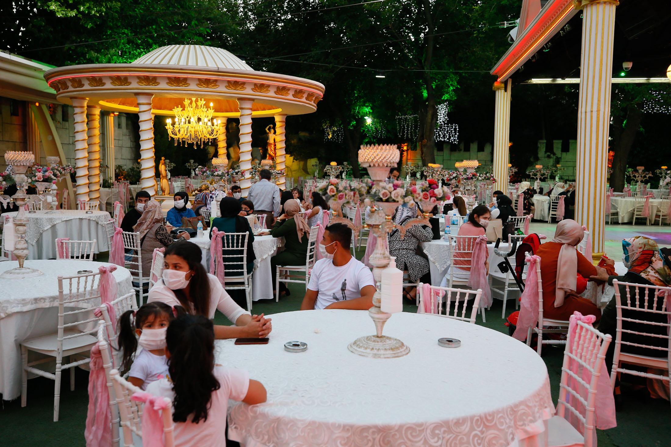 Weddings began to be held with coronavirus measures in Ä°zmir
