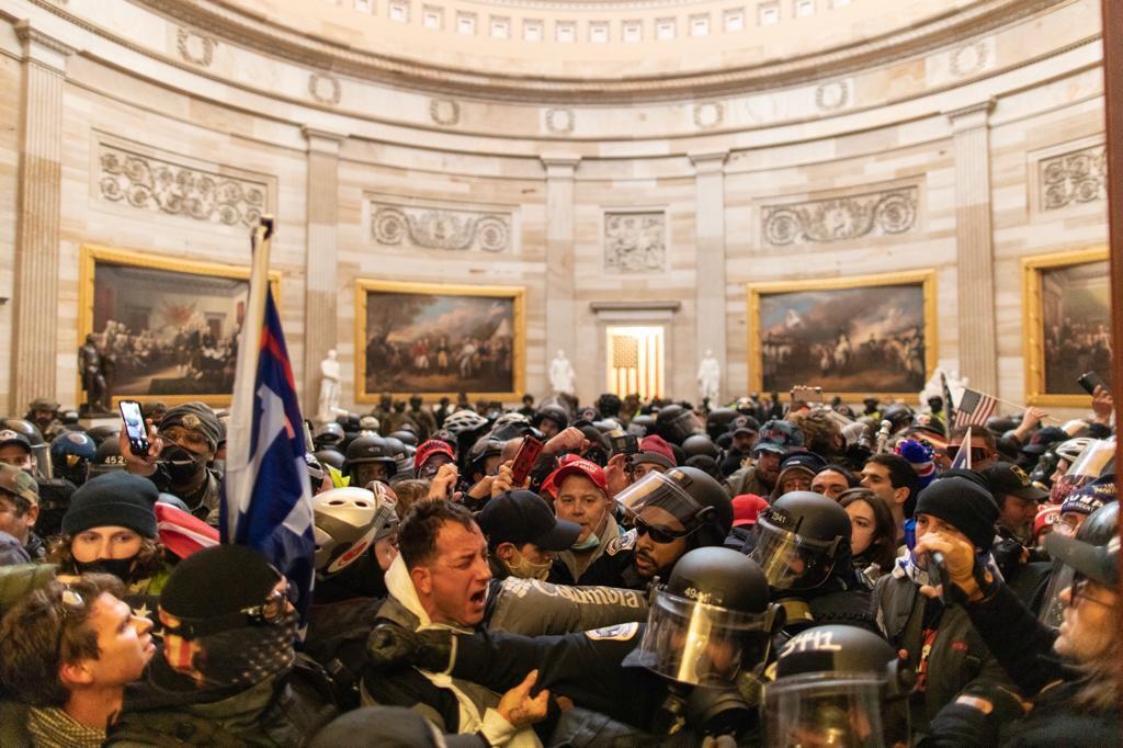 6 stycznia policja Kapitolu zostaje przytłoczona przez protestujących popierających Trumpa.