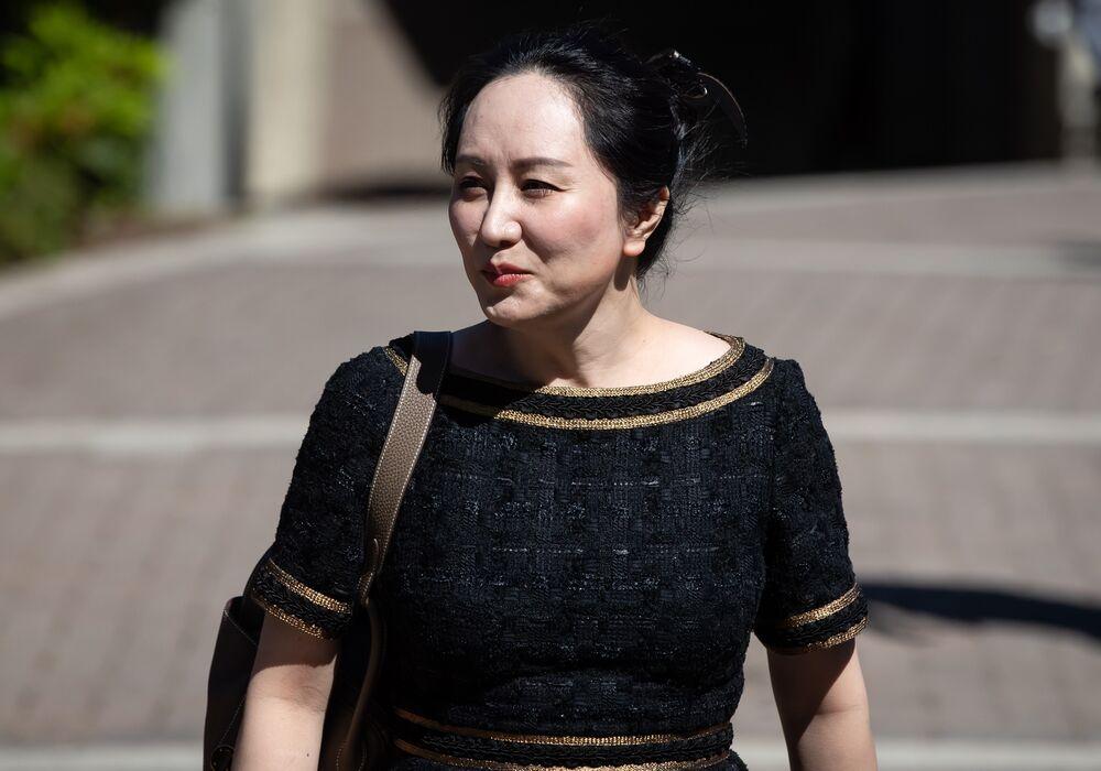 Mạnh Vạn Châu rời khỏi nhà để tham dự Tòa án Tối cao trong phiên điều trần dẫn độ ở Vancouver vào ngày 27-5. Photographer: Darryl Dyck/Bloomberg