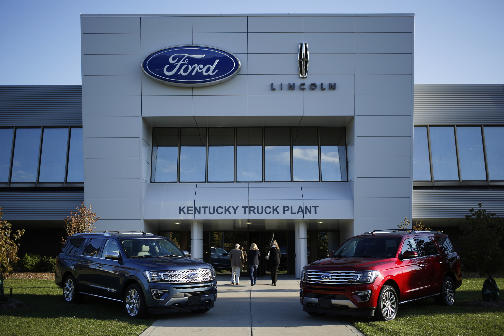 Ford digs further out of trumps doghouse as gm takes its turn bloomberg