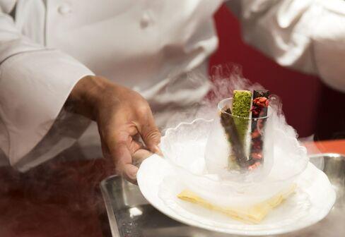 「キットカット ショコラトリー」銀座本店での「氷点下ショコラトリー 窒素がけ」のプレゼンテーション