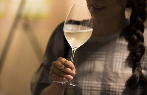 「ISETAN SAKE マルシェ」で試飲されるスパークリングの日本酒