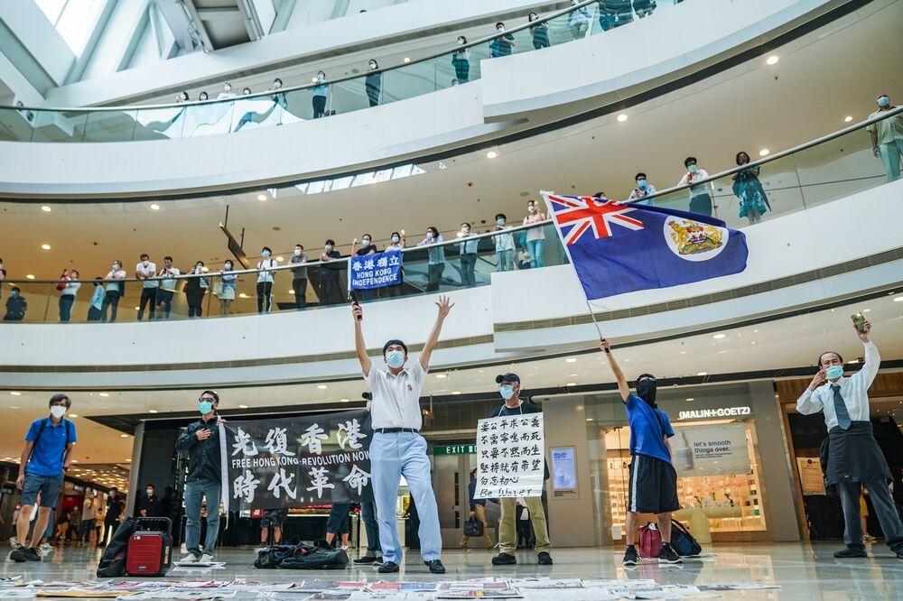 Một người biểu tình vẫy cờ Hồng Kông thời thuộc địa trong cuộc biểu tình tại trung tâm mua sắm IFC ở Hồng Kông vào ngày 29 tháng 5. Nhiếp ảnh gia: Lam Yik / Bloomberg
