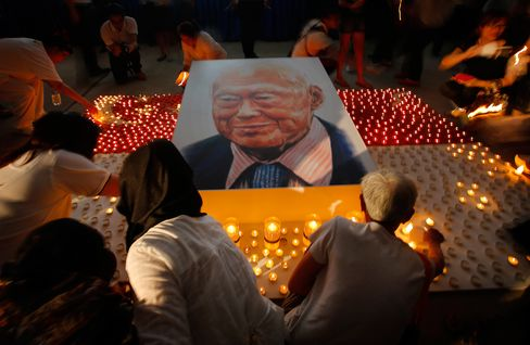 Members of the public light candles around a portrait of the late Lee Kuan Yew as a tribute to him, Friday, March 27, 2015, in Singapore. Lee, 91, died Monday at Singapore General Hospital after more than a month of battling severe pneumonia.