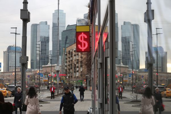 Russia Builds Ruble Defense After Crude Rout