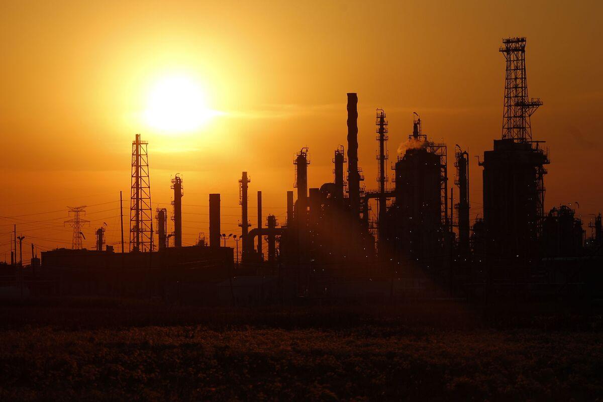 U.S. Refiners Face Summertime Hurdles Amid Heavy Oil Shortage