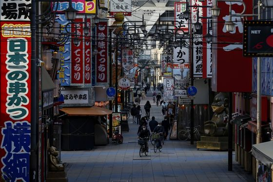 Japan ShutsTokyo Bars, Bans Sports Fans in New Virus Emergency