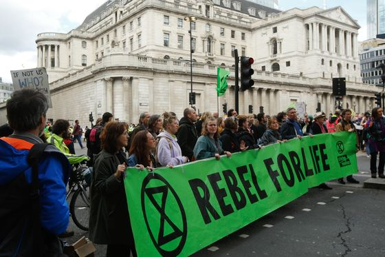 U.K. Set to Delay Green Finance Plan Amid Debate on Ambition