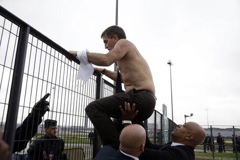 Xavier Broseta scales a fence in Roissy-en-France, on Monday, Oct. 5, 2015.