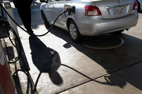 Retail Gasoline Sets Seasonal Record as Plants Shut, Oil Surges