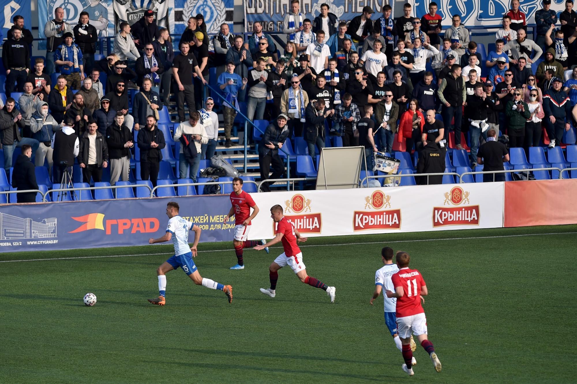 Pemain tim FC Minsk dan FC Dinamo-Minsk bersaing untuk mendapatkan bola selama pertandingan sepak bola Belarus Championship di Minsk pada 28 Maret.