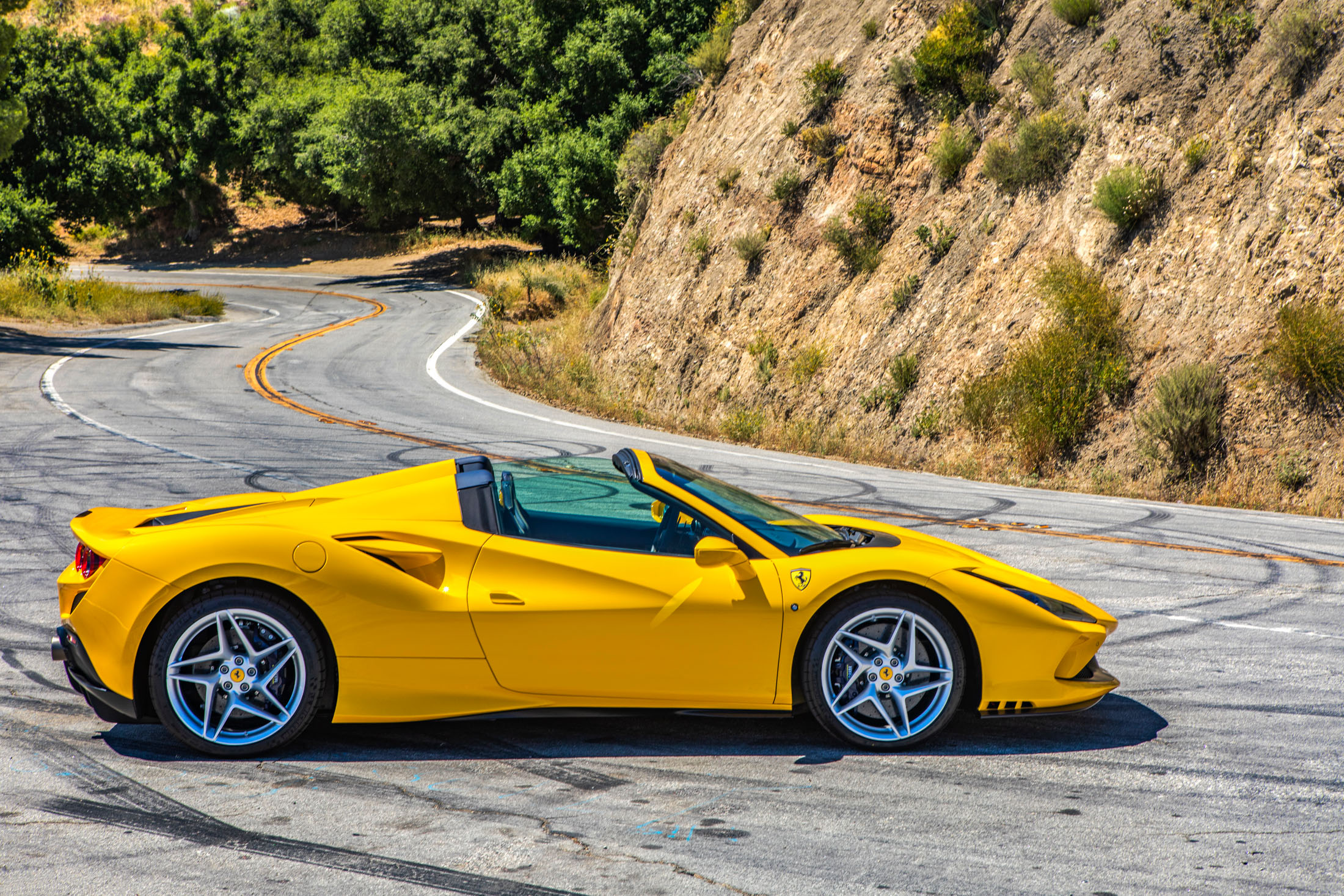Review The 297 250 Ferrari F8 Spider Roars Glides And Bites Bloomberg