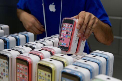 Apple Forecasting Slower Holiday Sales Amid Samsung Gains