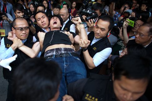 Hong Kong Bailiffs Start to Evict Occupy Protesters From HSBC