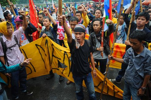 Indonesia Cuts Fuel Subsidies, Risking Social Unrest