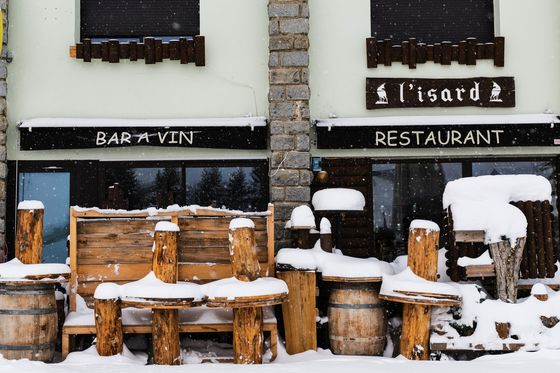 French Restaurants Face Reopening Delay as Covid Battle Rages On