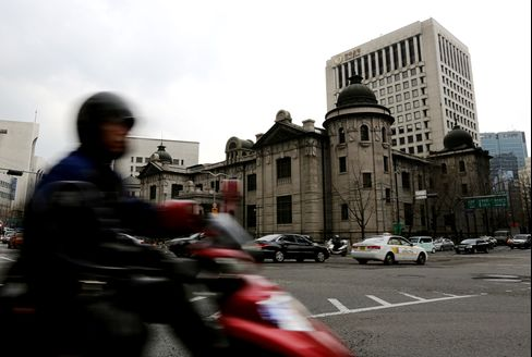 Bank of Korea Holds Rate After Cut in May to Boost Economy