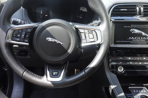 here 39 s what jaguar got right with the 2017 f pace suv bloomberg. Black Bedroom Furniture Sets. Home Design Ideas