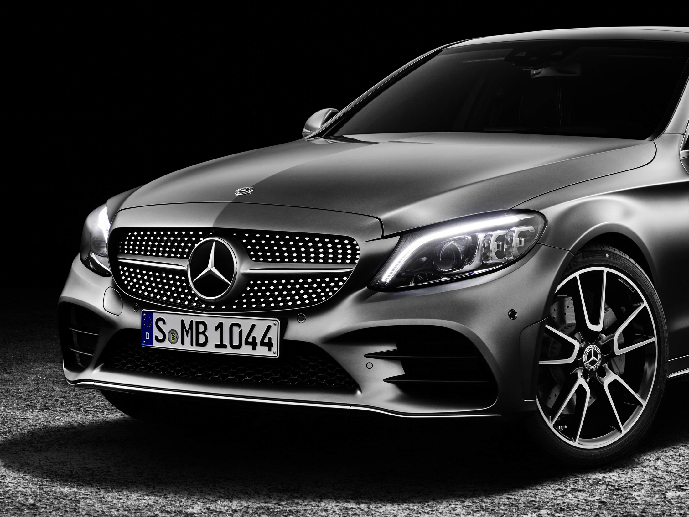 Mercedes Benz Beats Bmw Audi To Keep Luxury Car Sales Crown Bloomberg