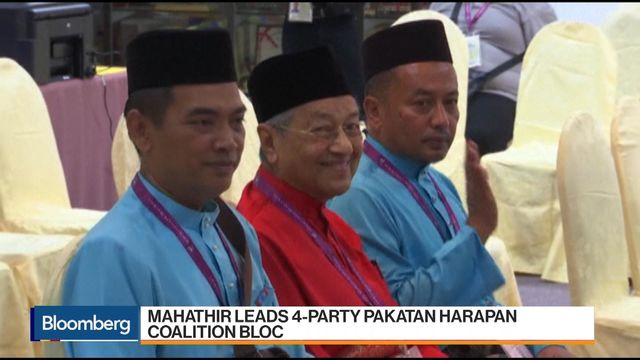 Malaysia Vote Battle Heats Up With Focus on Jobs for Young