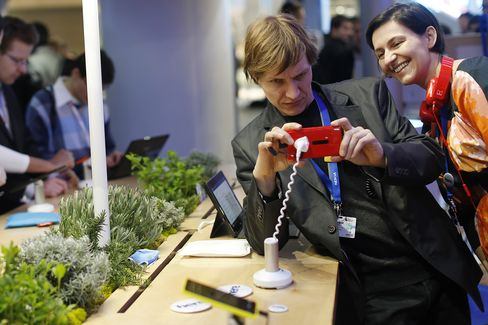 Nokia Failing to Beat Apple Aims for BlackBerry Customers