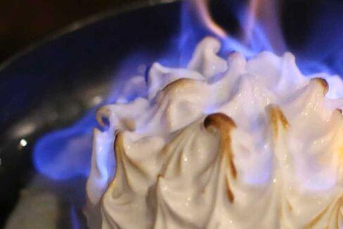 タペストリーでは、レストラン客の前でベイクド・アラスカのメレンゲに焼き色を付けるという演出が楽しめる