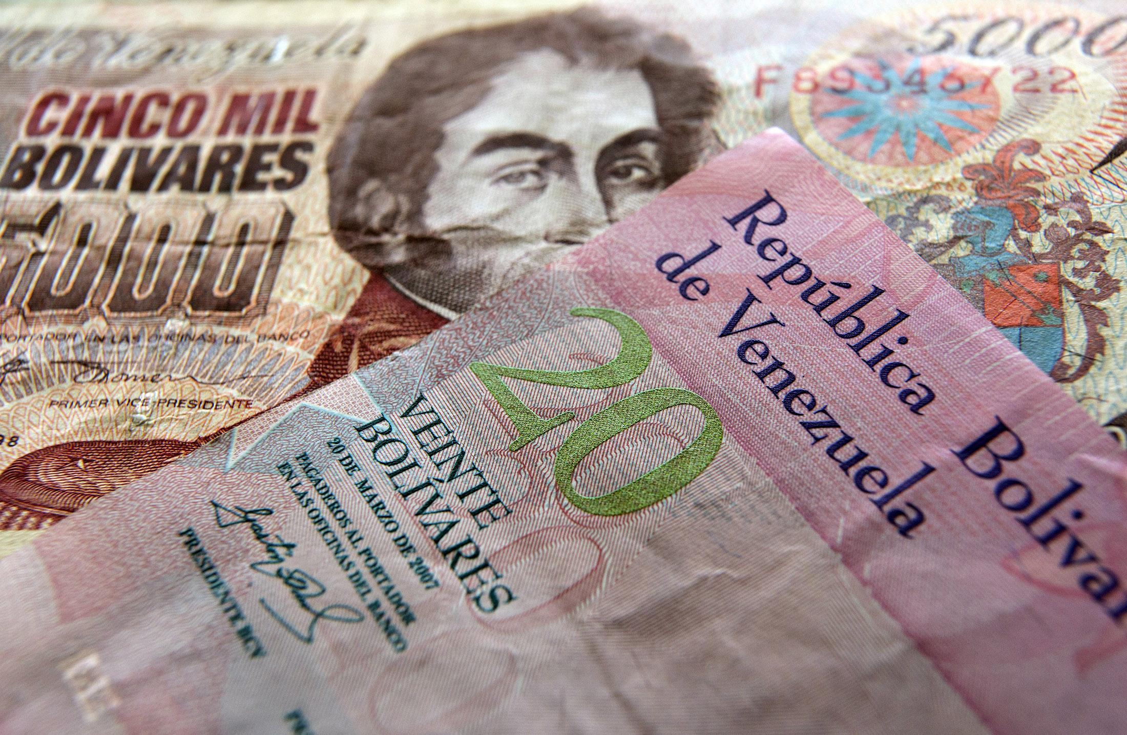 Black Market Bolivars Crash Past 1 000 Per Dollar In Venezuela Bloomberg