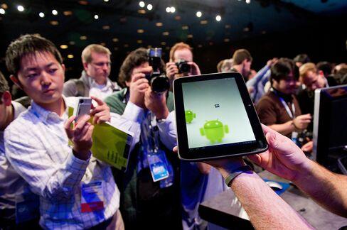 Google Wins U.S. Antitrust Approval to Buy Motorola Mobility