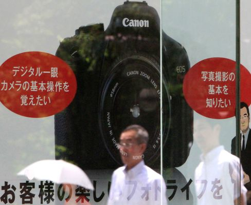 Canon, Fujifilm Shares Fall on Weakening Outlook