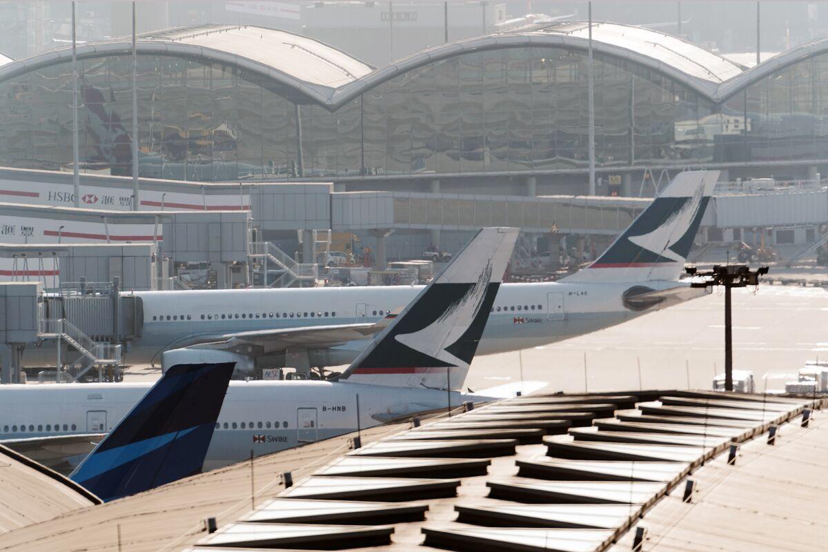 Almost 900 Hong Kong Flights Canceled as Typhoon Batters City