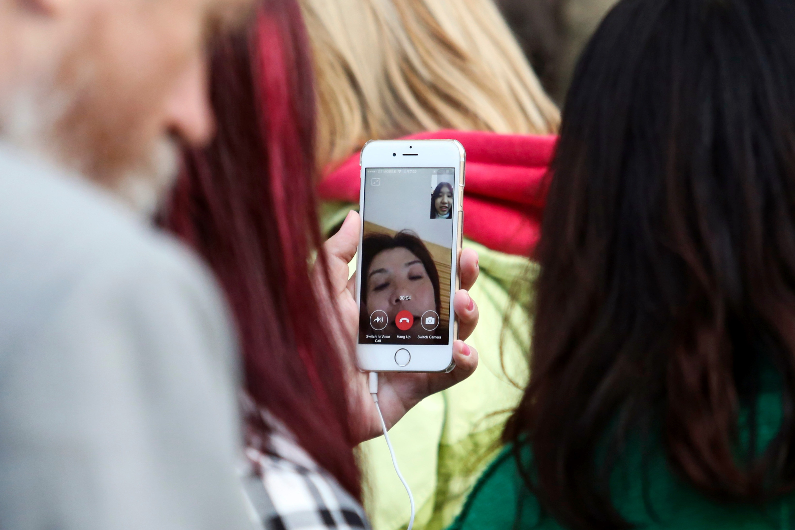 Apple Releases Software Fix for FaceTime Eavesdropping Flaw - Bloomberg