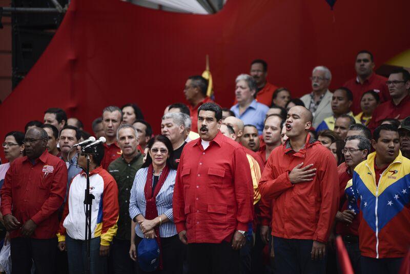 Nicolás Maduro destaca a su esposa Cilia Flores a su derecha y Héctor Rodríguez a su izquierda, mientras cantan el himno nacional en 2016.