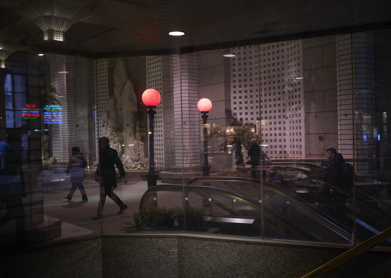 Piesi opuszczają stację metra Wall Street w Nowym Jorku.