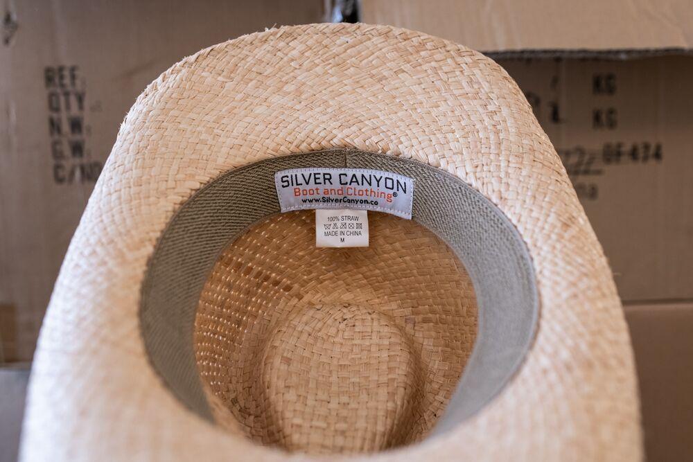 """Một nhãn mũ cao bồi có dòng chữ """"Made in China"""" tại Seattle, Washington, Hoa Kỳ. Nhiếp ảnh gia: Chona kasinger / Bloomberg"""