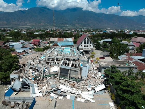 Indonesian Quake May Have Killed Thousands as Many Still Trapped
