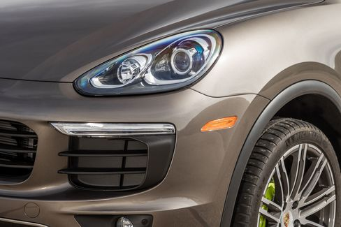 The Cayenne e-Hybridhas an eight-speed automatic transmission with manual shifting mode and four-wheel drive.