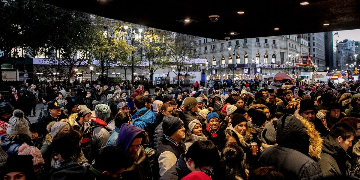 U S Shoppers Storm The Stores In Black Friday Frenzy Bloomberg