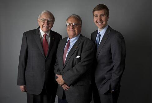 Buffett Says JPMorgan's Dimon Had to Bare Throat to Watchdog