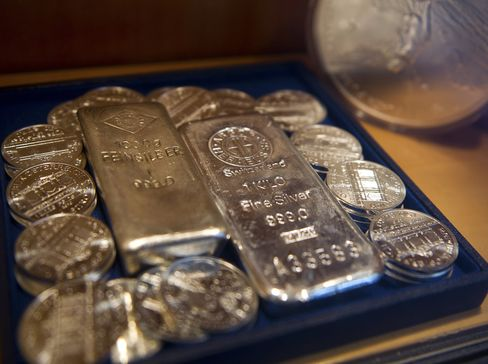 Silver Hoard Near Record as Hedge-Fund Bulls Recoil