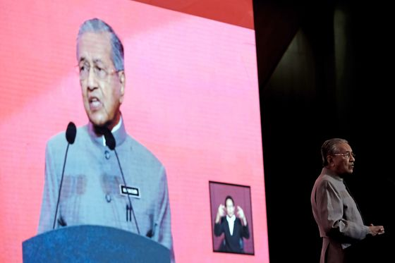 One Year in, Mahathir Gets Mixed Result on Malaysian Economy