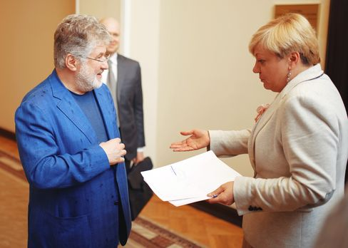 Valeriya Gontareva unexpectedly meets with Igor Kolomoisky in the hallway of the central bank in late May.