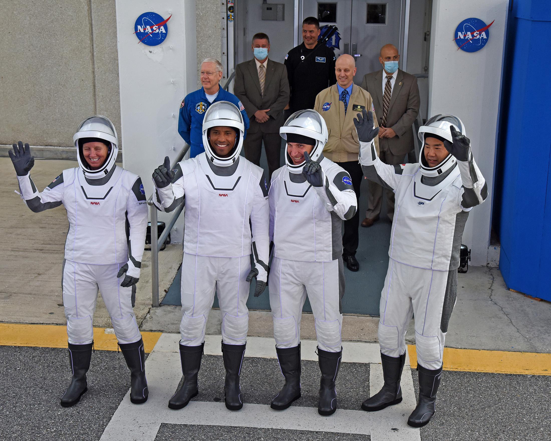 SpaceXとNASAが国際宇宙ステーションに4人の宇宙飛行士を乗せたクルードラゴンカプセルを打ち上げる
