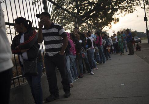 The line outside a supermarket in Barquisimeto