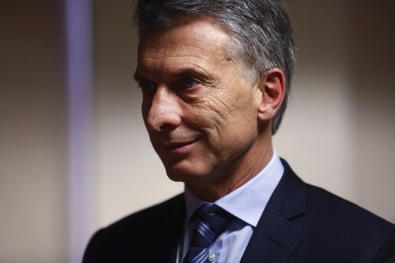 Argentina Lifts Rates to World-High, Seeks IMF Aid to Save Peso